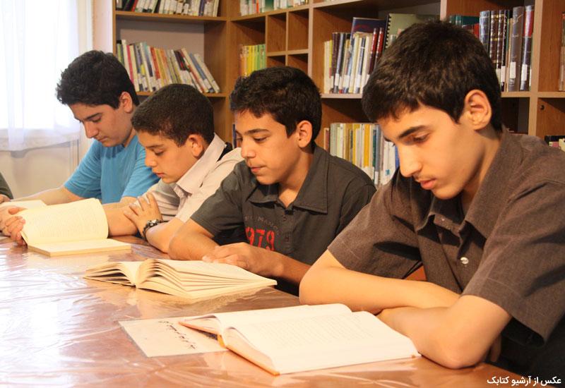 چرا کتاب خواندن پسران یک مسئله است و چرا این موضوع اهمیت دارد؟