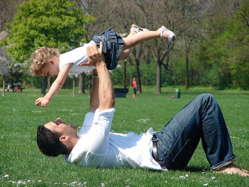 لزوم توجه پدران به بازی با کودکان