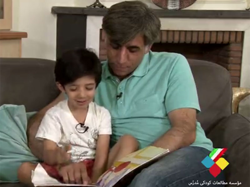 با کتابخوانی، مهارت شنیداری کودکان را تقویت کنیم