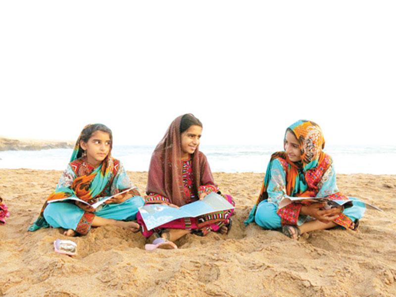 گزارشی از روستای رمین که کودک و بزرگش کتابخوان هستند