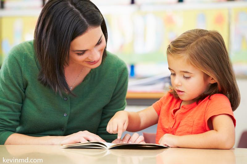 چگونه توانایی خواندن کودک پیش دبستانی خود را ارزیابی کنیم؟