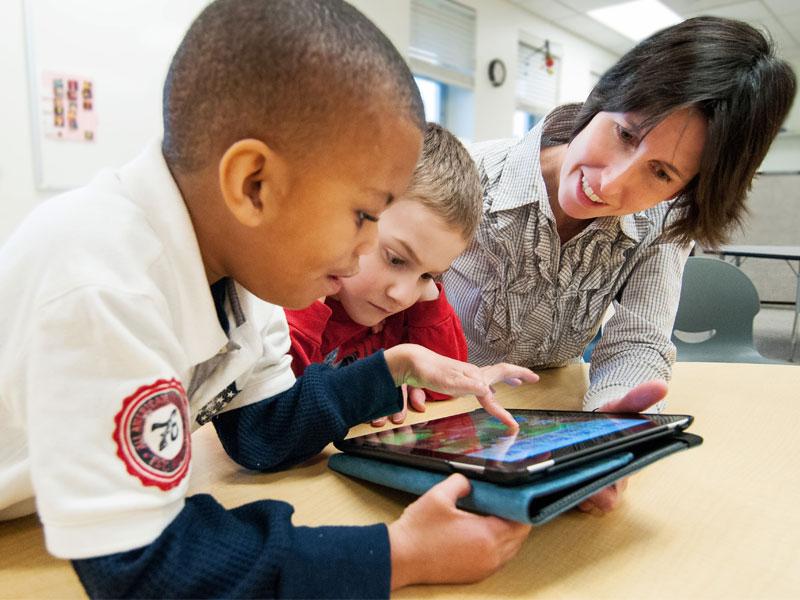 چگونه به کودک دارای اوتیسم غیرکلامی خود خواندن بیاموزیم