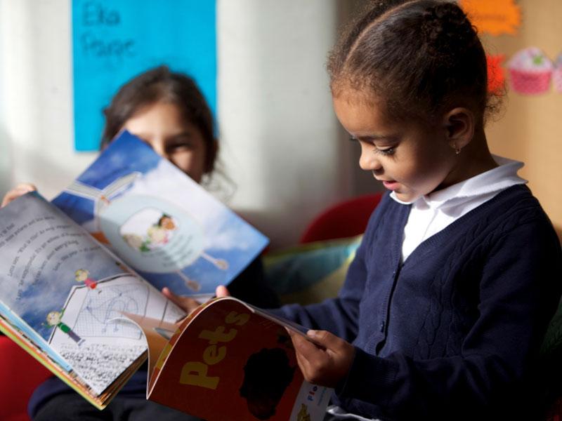 تمام کودکان قادر به کتاب خواندن هستند (حتی اگر نتوانند واژگان را بخوانند)