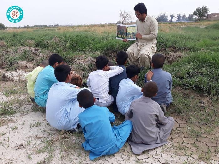 تلاش خستگیناپذیر آموزگار برنامهی «با من بخوان» در سیستان و بلوچستان