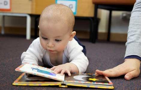 بیست سال اهدای کتاب به نوزادان