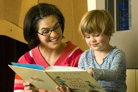 هنگام کتابخوانی برای کودکان به نوشته ها اشاره کنید!
