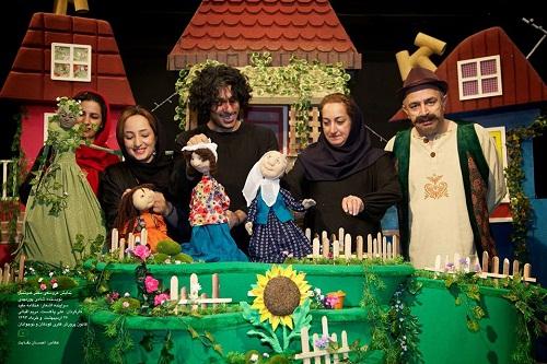 نمایش عروسکی دختر کدوتنبل برای کودکان دبستانی روی صحنه است