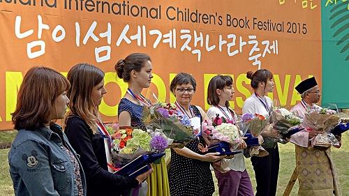 برندگان مسابقه تصویرگری در هفتمین جشنواره بین المللی کتاب کودک نامی جایزه خود را