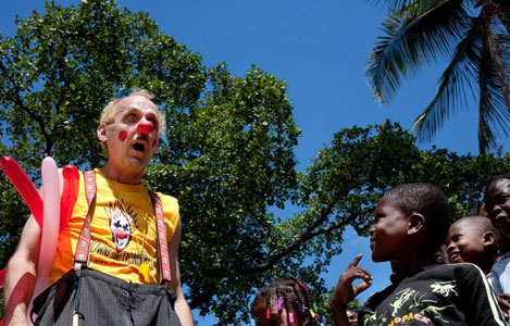 """""""دلقکان بدون مرز"""" خنده را برای کودکان هایتی به ارمغان بردند!"""