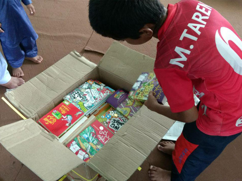 تابستان غبارآلود کودکان زرآباد با بسته های کتاب «با من بخوان» رنگین شد