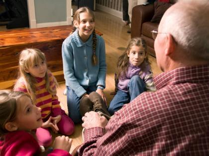 چرا باید داستان های خانوادگی خود را برای کودکان بازگو کنید