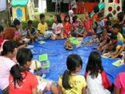 کتابخانه های سیار یاریگر کودکان آسیب دیده از سیل در اندونزی