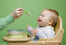 شروع غذاهای جامد به کودکان شیرخوار
