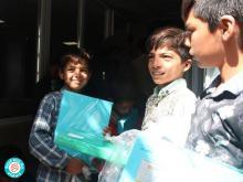 بدرقه کودکان کارگران فصلی کورهپزخانهها با نوشتافزارها و کتابهای اهدایی