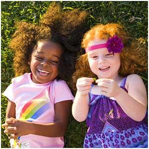 امکان بازی کردن در حیاط خانه را برای کودک خود فراهم کنید