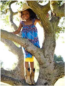 به کودکان اجازه دهید از درخت ها بالا بروند