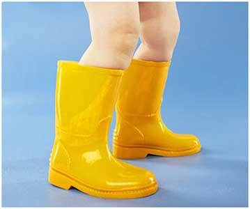همراه با کودکان در باران جست و خیز کنید