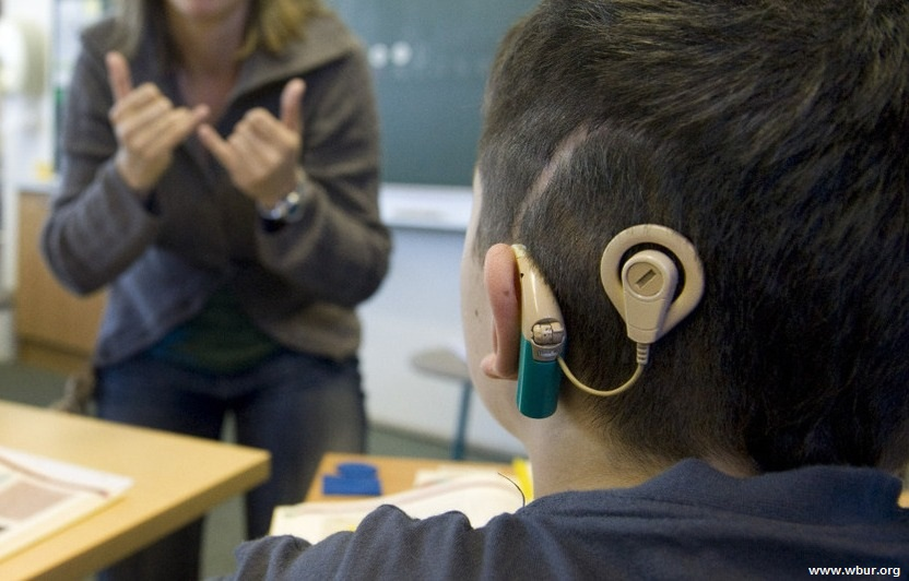 سروصدای زمینه و مزاحم هنگام کتاب خوانی برای کودکان کم شنوا