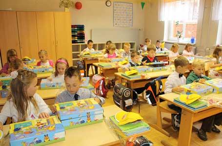 هدیه کتابخانه عمومی شهر به دختران و پسران کلاس اولی