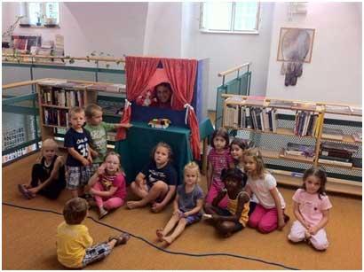 عروسک مشهور، کودکان را با کتابخانه آشنا می کند