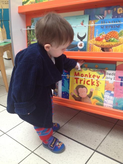 قصه گویی و اهدا کتاب به کودکان بیمار